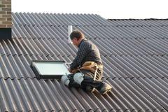 Homem que trabalha no telhado Fotos de Stock
