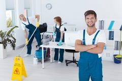 Homem que trabalha para o serviço de limpeza Imagens de Stock Royalty Free
