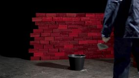 Homem que trabalha perto da parede de tijolo estoque Conceito do auto-desenvolvimento Crie-se filme