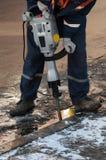 Homem que trabalha um jackhammer Imagens de Stock Royalty Free