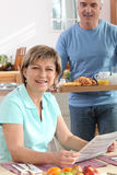 Homem que traz seu pequeno almoço da esposa Foto de Stock Royalty Free