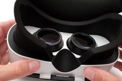 Homem que usa auriculares da realidade virtual fotografia de stock royalty free