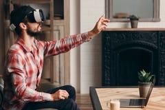 Homem que usa auriculares da realidade virtual imagens de stock
