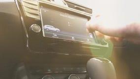 Homem que usa a exposição eletrônica do carro filme