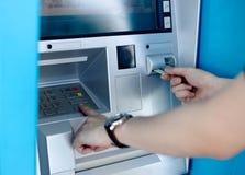 Homem que usa a máquina do ATM fotos de stock