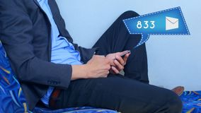 Homem que usa o ícone da bolha do telefone e da mensagem video estoque