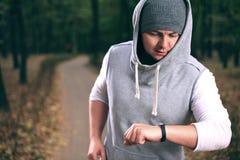 Homem que usa o bracelete da aptidão Fotografia de Stock