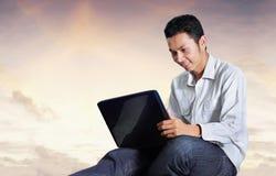 Homem que usa o caderno ao ar livre Fotos de Stock Royalty Free