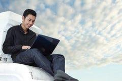 Homem que usa o caderno ao ar livre Imagem de Stock Royalty Free