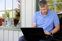 Homem que usa o computador Imagem de Stock