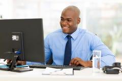 Homem que usa o computador foto de stock