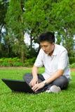 Homem que usa o computador ao ar livre fotos de stock royalty free