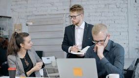 Homem que usa o computador quando gerente dois que discute o projeto vídeos de arquivo
