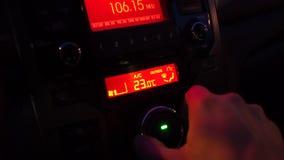 Homem que usa o controle e o condicionamento de ar do clima do carro filme