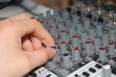 Homem que usa o fim da mão do misturador da música acima Fotografia de Stock Royalty Free