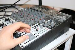 Homem que usa o fim da mão do misturador da música acima Imagem de Stock