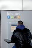 Homem que usa o Internet público, Malaga. Fotografia de Stock