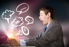 Homem que usa o PC da tabuleta Imagens de Stock