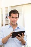 Homem que usa o PC da tabuleta interno Fotos de Stock