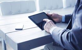 Homem que usa o PC da tabuleta no escritório foto de stock royalty free