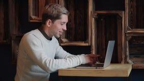 Homem que usa o portátil video estoque