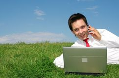 Homem que usa o portátil ao ar livre Fotografia de Stock