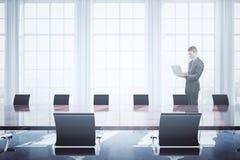 Homem que usa o portátil na sala de conferências Imagens de Stock Royalty Free