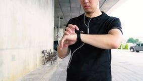 Homem que usa o smartwatch ao movimentar-se filme