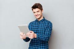 Homem que usa o tablet pc para o trabalho imagens de stock royalty free