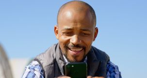 Homem que usa o telefone celular na exploração agrícola 4k do mirtilo video estoque