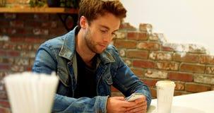 Homem que usa o telefone celular na tabela filme