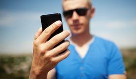 Homem que usa o telefone esperto móvel Fotografia de Stock Royalty Free