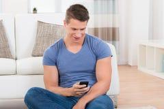 Homem que usa o telefone móvel Fotos de Stock Royalty Free
