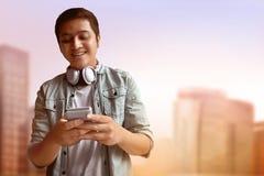 Homem que usa o telefone móvel Fotografia de Stock