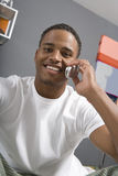 Homem que usa o telemóvel Fotografia de Stock Royalty Free