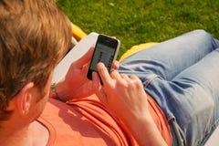 Homem que usa seu smartphone Fotografia de Stock