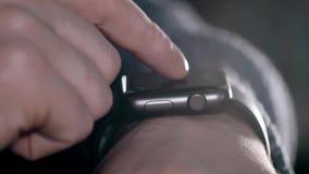 Homem que usa seu smartwatch Mãos do close-up Imagem de Stock
