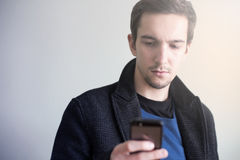 Homem que usa Smartphone Foto de Stock