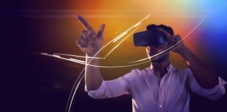 Homem que usa um dispositivo da realidade virtual fotografia de stock royalty free