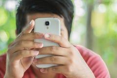 Homem que usa um telefone esperto fotos de stock royalty free