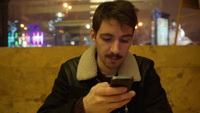 Homem que usa um telefone esperto filme