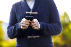 Homem que usa um telefone móvel Fotografia de Stock Royalty Free