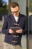 Homem que usa uma tabuleta Fotos de Stock Royalty Free