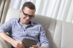 Homem que usa uma tabuleta Imagens de Stock Royalty Free