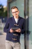 Homem que usa uma tabuleta Fotografia de Stock