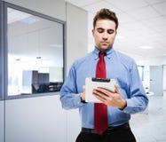 Homem que usa uma tabuleta digital Fotos de Stock Royalty Free