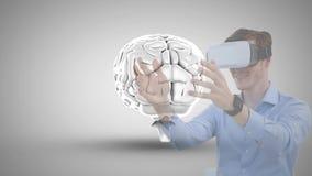 Homem que usa VR com ícone do cérebro filme
