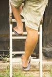 Homem que vai acima as escadas Funcionamento ou reparo do fundo Imagem de Stock