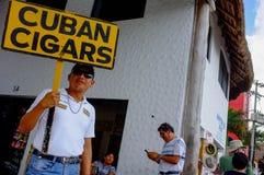 Homem que vende charutos cubanos em México imagem de stock
