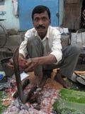 Homem que vende peixes em um mercado de rua Foto de Stock Royalty Free
